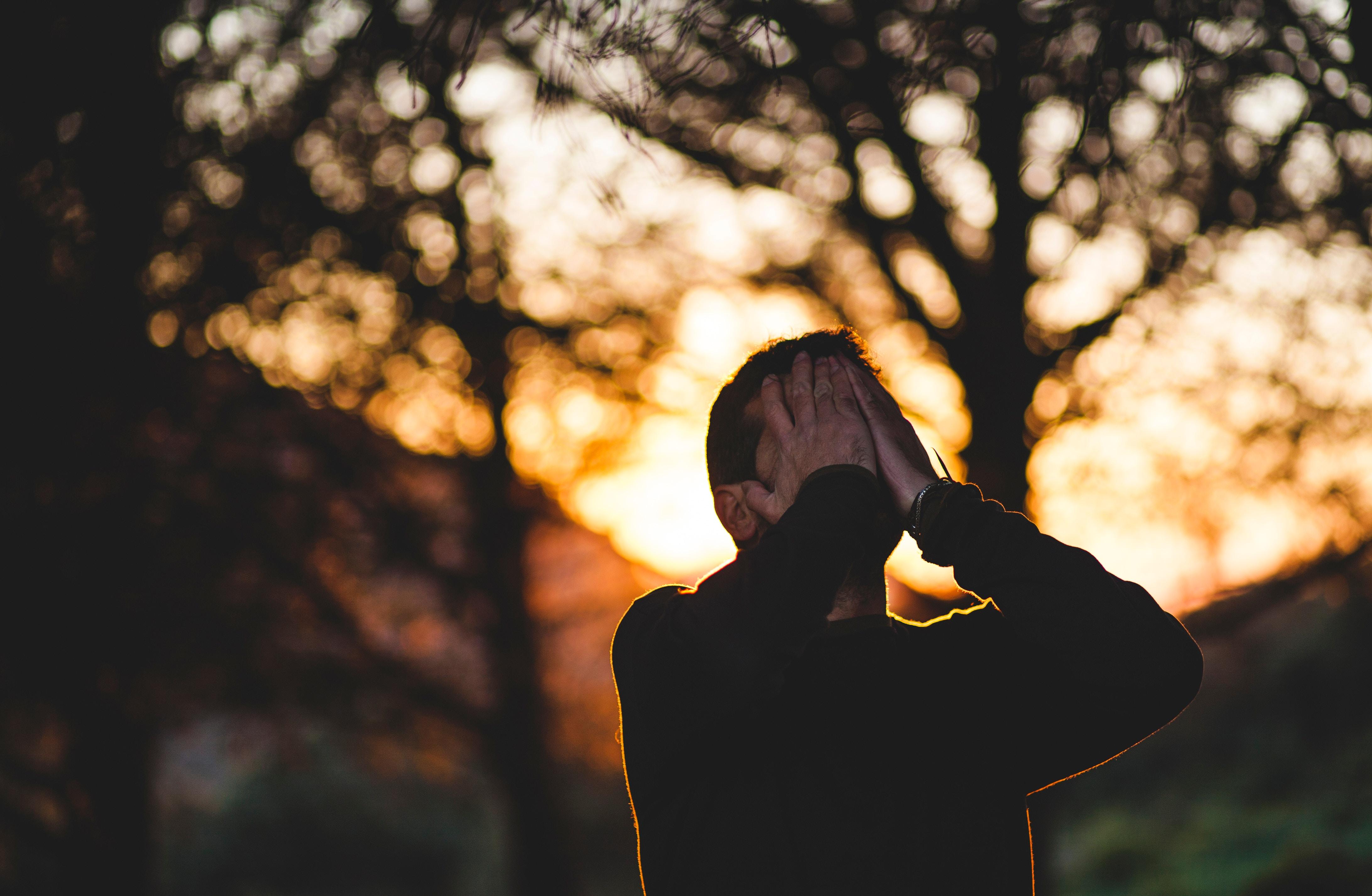 So samovražednými sklonmi sa častejšie pasujú muži ako ženy. Zdroj: unsplash.com